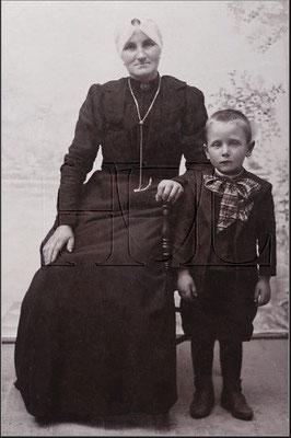 Dirkje Kers (1861-1935) en Dirk Jan van Merkerk (1904-1975) omstreeks 1910