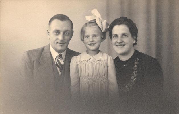 Cornelis Pieter van Merkerk (1908-1966), Neeltje van Merkerk (geb. 1937) en Maria Johanna van Varik (1911-1990) in augustus 1943