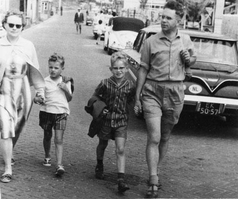 Marrigje Jeannette den Boer, Arnold Anthony, Aad en Arie van Meerkerk in Rockanje in juli 1962