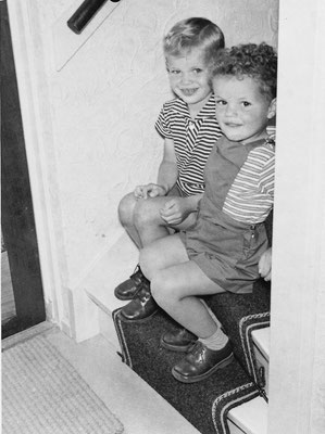 Aart en Arnold Anthony van Meerkerk omstreeks 1960