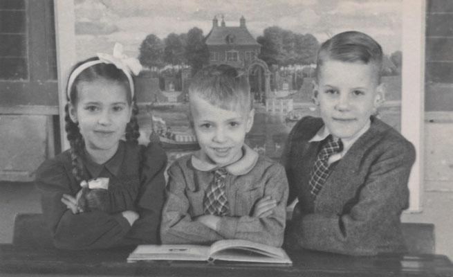 Maria Cornelia, Jan en Cornelis van Merkerk op de Koningin Julianaschool in Rotterdam op 21 maart 1949
