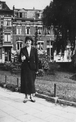 Maria Cornelia van Merkerk (1909-1999) omstreeks 1935-36 in Rotterdam