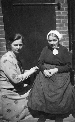 Adriaantje van Meerkerk (1872-1975) en haar moeder Maria Maaike Vonk (1849-1936)
