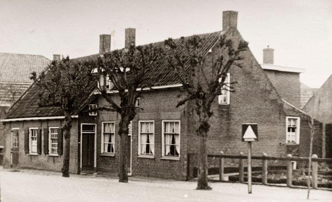 De smederij van Dirk Jan van Merkerk - Dorpsstraat 44 in Schoonrewoerd omstreeks 1940