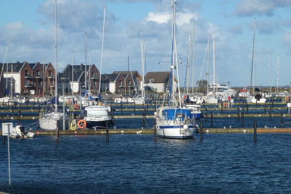 Direkt an einen der schönsten Yachthäfen Deutschlands gelegen