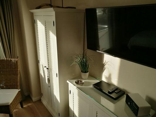 TV im großen Schlafzimmer