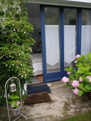 Entrée indépendante du petit Studio cosy Entre Mer et Forêt  en solo ou à 2