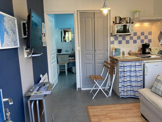 Table + 2 chaises pliantes + 1 tabouret