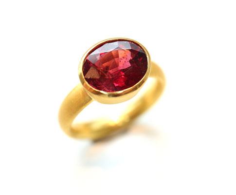 Ring aus 900 Gold mit Rhodolith Granat.