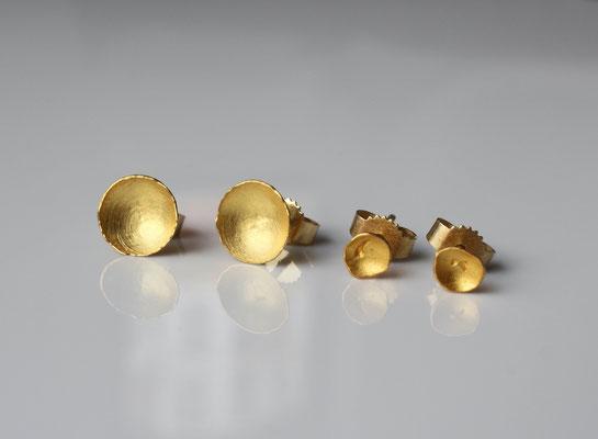 kleine Ohrstecker aus Gold für Tag und Nacht