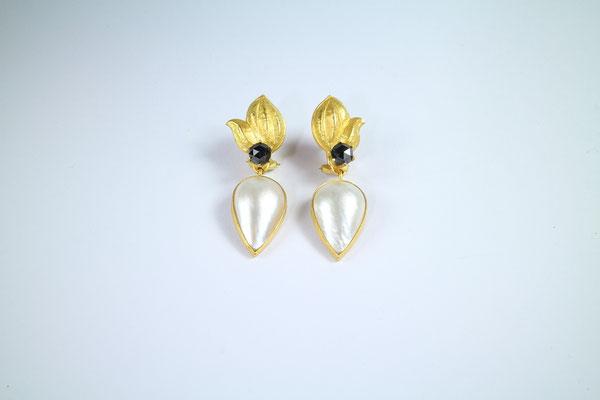 Ohrschmuck, 900 Gold, Mabe Perle, schwarzer Diamant von Traudl Kammermeier