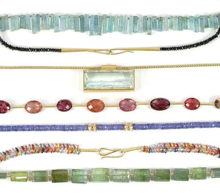 Halsschmuck aus verschiedenen Materialien