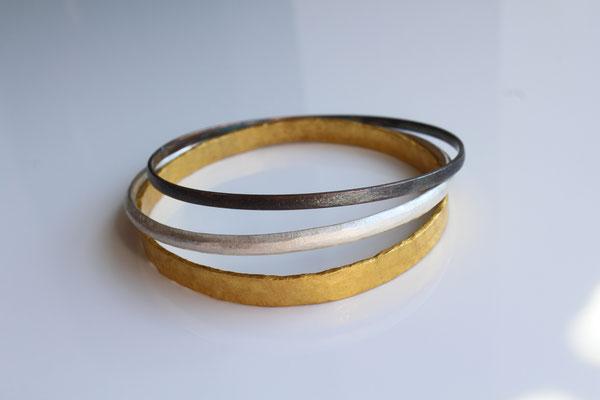 geschmiedete Armreifen Feingold und Silber