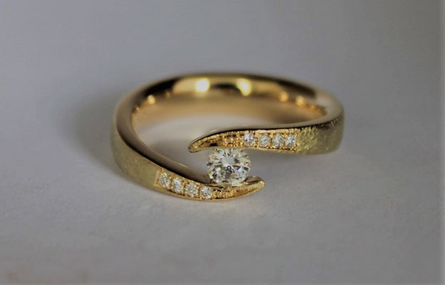 Ring; 585/_ Gold, Steine: Brillanten