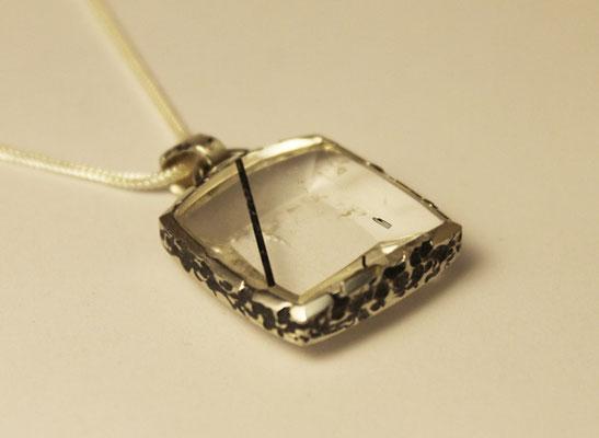 Anhänger; 925/_ Silber, Stein. Bergkristall mit Turmalineinschluß