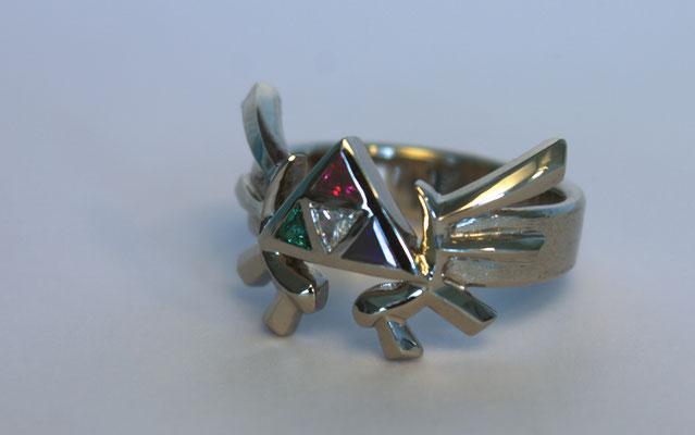 Ring; 585/_ Weißgold, Steine: Diamant, Smaragd, Saphir und Rubin