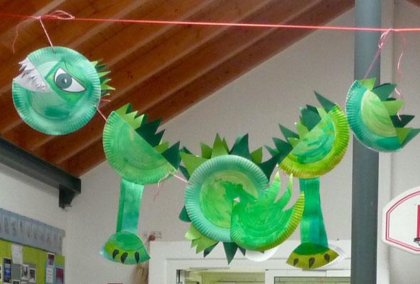 Ein großer Drache dekoriert die Pausenhalle.