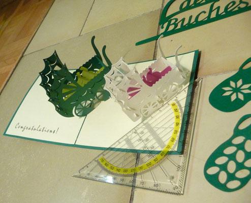 Eine Kirigamikarte mit Kinderwagen, passt in einen normalen Umschlag!