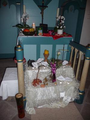 Der Altar mit Kuba Merkhilfen zur Gottesdienstordnung.