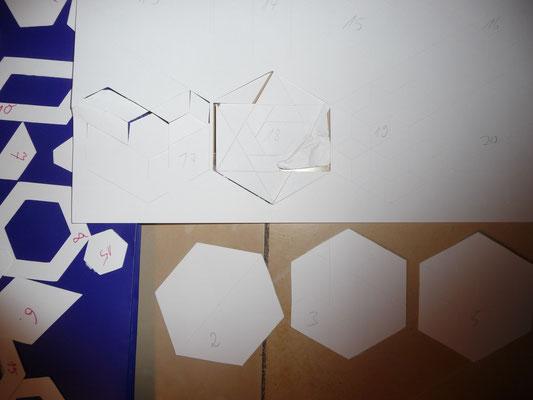 """Messertiefe 3 hat erst mal Schnibbelquatsch ergeben, da wo das Messer um die spitzen Ecken rumm muss. Aber meine gewählte Kantenlänge von 4 cm ist bei den """"gedrittelten"""" Hexagons zu Fussy. Der Plotter hat für 20 Schablonen auf dem A3 Blatt 11 Minuten gebr"""