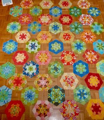 So sehen jetzt die Dresden Hexagons aus. Hätte nur 24 warme statt 26 gebraucht, uppsi. Sieht alles sehr BUNT aus.