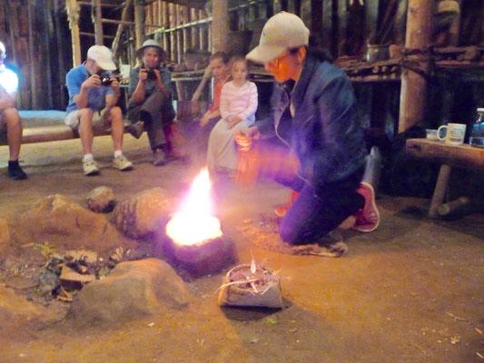 Im Langhaus der Indianer, lernen, wie man Feuer macht.