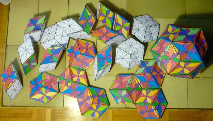 """Das Puzzel besteht aus 10 flachen """"Prismen"""" und 10 dicken """"Prismen""""."""