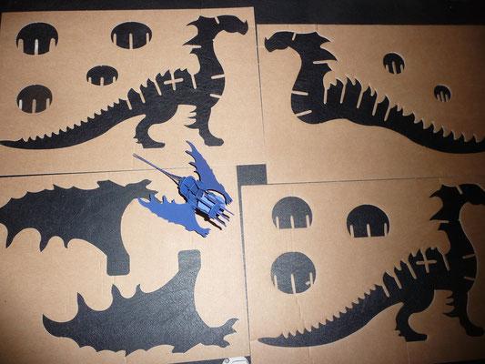 Das Drachenschnittmuster gab es mal auf der IdeenExpo 2013. Ich konnte noch vier Pappen mit den Umrissen ergattern.