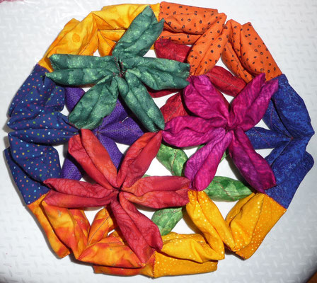 One of 18 different modular edge models of polyhedra. Example: Rhombic triacontahedron.