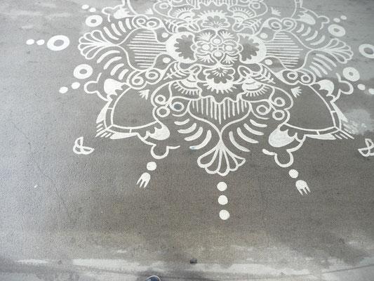 Das Mandala ist auf einer Fußgängerbrücke.