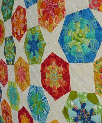 """Sehr modern, oder? Aylin Star kombiniert mit Dresdenflowergarden, Kaleidoskopen und Quadraten = ein Hexagonquilt ohne """"Unwucht"""" drin!"""