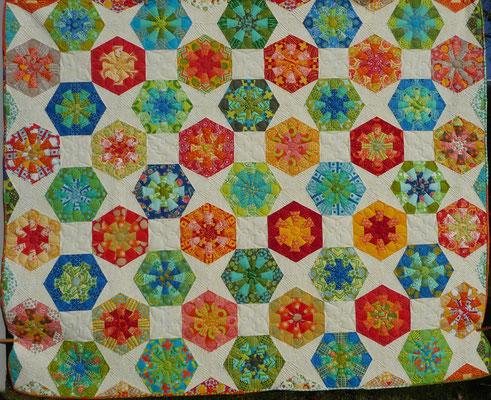 """Mit solchen Bienenwaben beschäftige ich mich normalerweise: Aylin Star kombiniert mit Dresdenflowergarden, Kaleidoskopen und Quadraten = ein Hexagonquilt ohne """"Unwucht"""" drin!"""