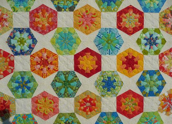 """Aylin Star kombiniert mit Dresdenflowergarden, Kaleidoskopen und Quadraten = ein Hexagonquilt ohne """"Unwucht"""" drin!"""