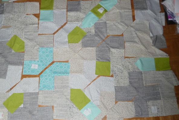 Der PLUS Quilt ist schon teilweise zusammengenäht.