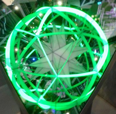 Pentakis: Artist Caspar Schwabe. Eine Spiegel + Licht Installation in der Phaeno in Wolfsburg, da haben wir unseren Ideenfang Preis eingelöst.