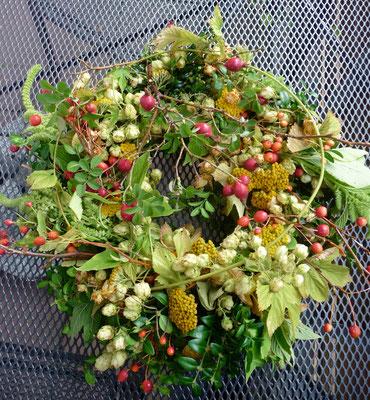 Der Herbst ist da: mein Türkranz mit Materialien aus dem Garten.