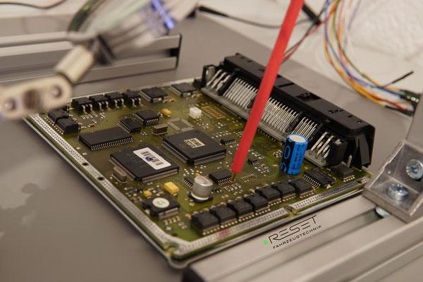 Motorsteuergerät bei der Softwareübertragung