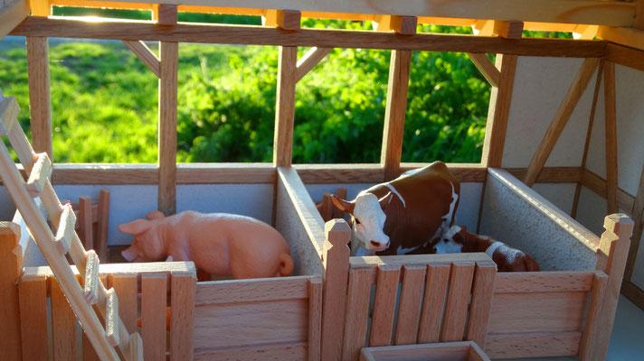 Auch Schweine und Kühe haben es gemütlich.