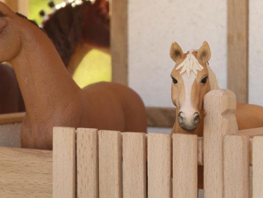 Pferdeboxen im Maßstab Schleich