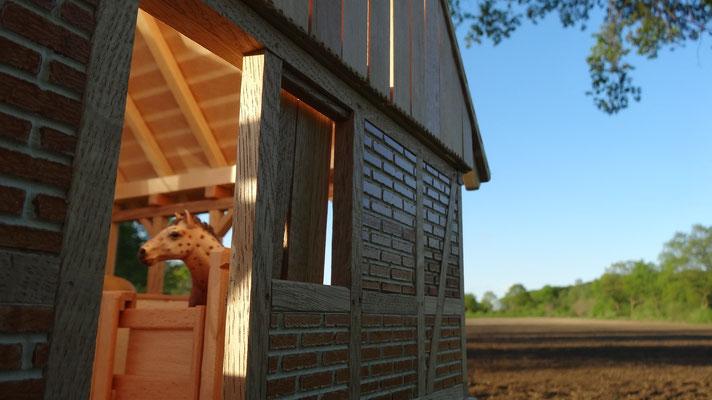 Die Hinterseite des Stalls- Pferdestall für Schleich
