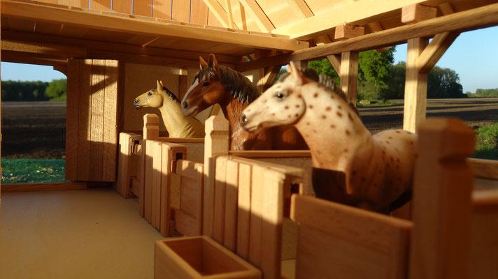 Liebevolle Details des großen Pferdestalls- Pferdestall für Schleich