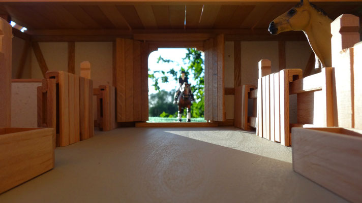Das große Hauptportal des Pferdestalls- Pferdestall für Schleich
