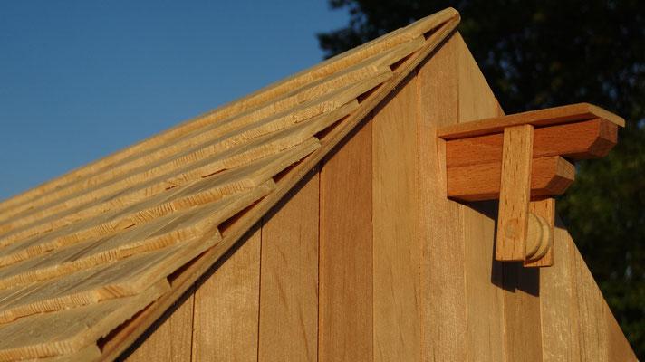 Echte Nadelholzschindeln auf dem Dach des Pferdestalls- Pferdestall für Schleich