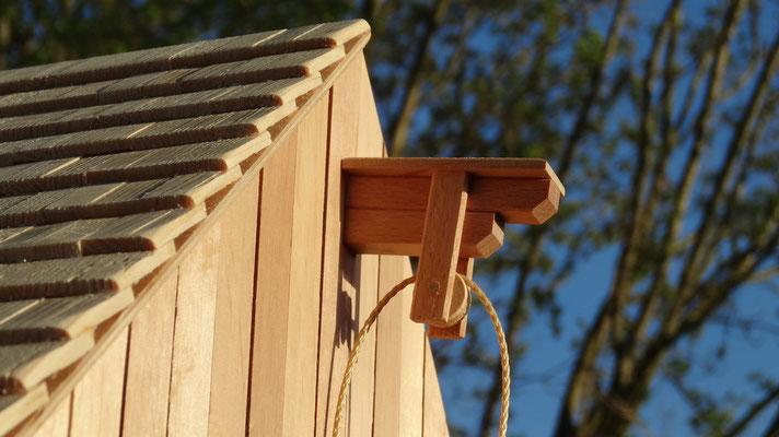 Der hölzerne Giebelkran mit Seilwinde- Pferdestall für Schleich