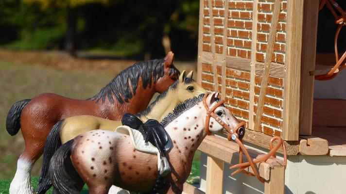 Schleich Pferde vor Sattelkammer