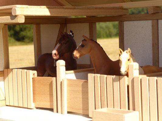 3 Schleich Pferde im Stall
