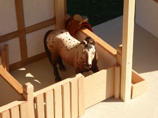 Pferdeboxen aus Holz im Maßstab Schleich