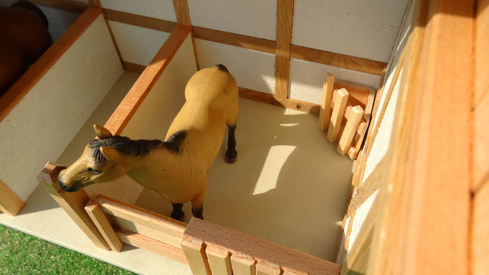 Geräumige Pferdeboxen, passend für z.B. Schleich Pferde- Pferdestall für Schleich