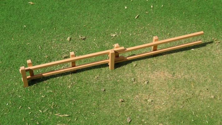 Einfach zusammensteckbar. Das Holzzaun Set für Modell Pferde- Im Maßstab von Schleichpferden