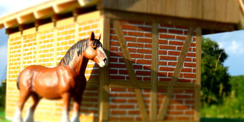 Schleich Pferd vor der Remise